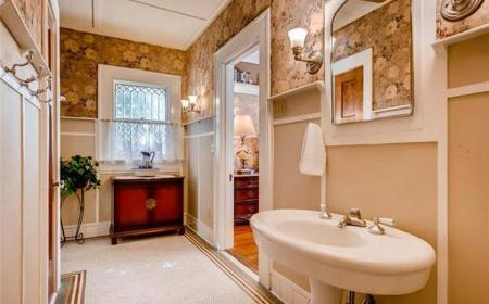 Large bathroom with tub/shower combination